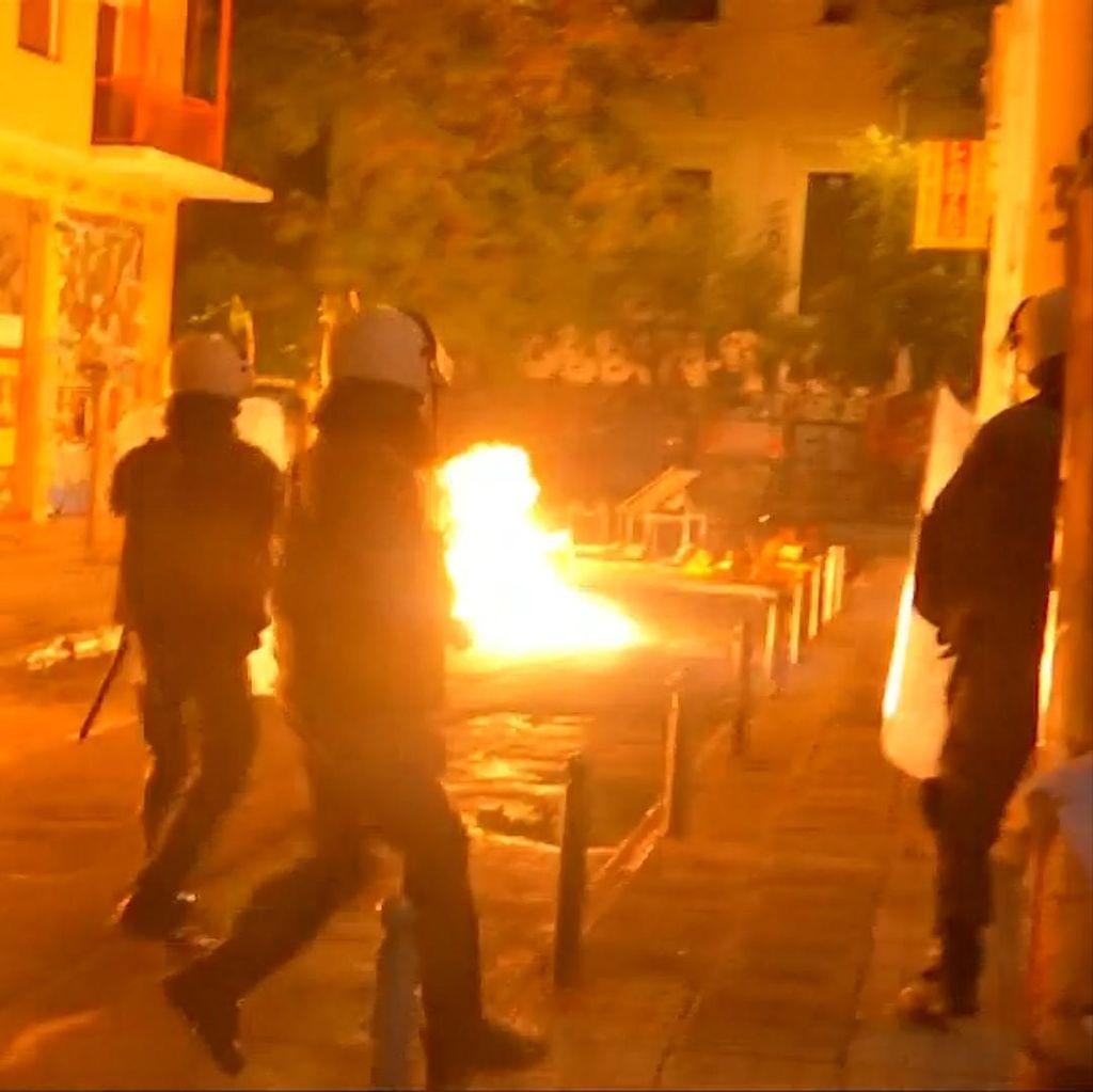 Api Membara di Bentrokan Polisi dan Demonstran di Yunani