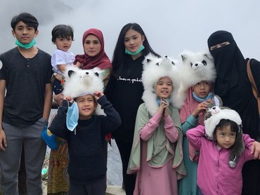 Saat Mulan Jameela bawa keluarganya jalan-jalan. Anak-anak kecil kompak banget nih, pakai topi boneka. Penampilan mereka jadi lucu banget kan? (Foto: Instagram @mulanjameela1)