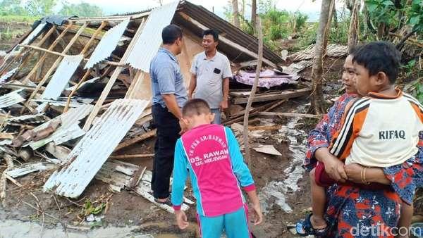 Video Amukan Puting Beliung Robohkan Rumah di Probolinggo