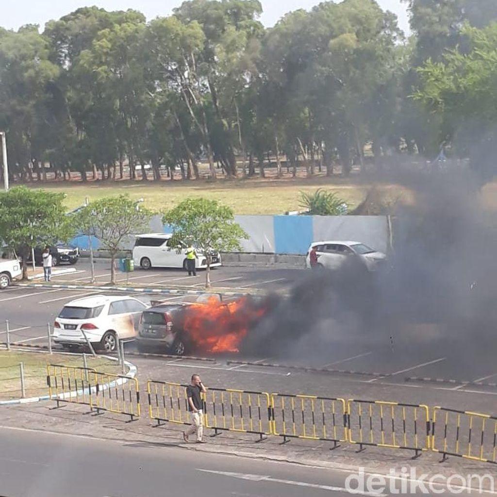 Mobil Ini Ludes Terbakar di Parkiran Bandara Juanda