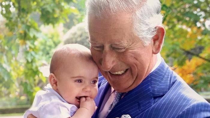 Pangeran Charles bersama cucu, Pangeran Louis. Foto: Dok. Clarence House