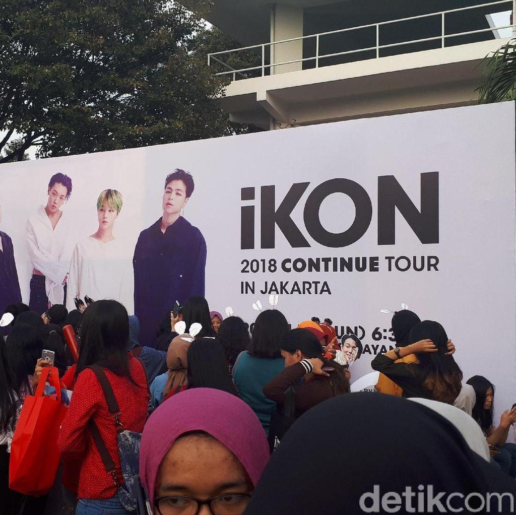 Tak Dapat Tiket, Fans Terlantar di Depan Venue Konser iKON di Jakarta