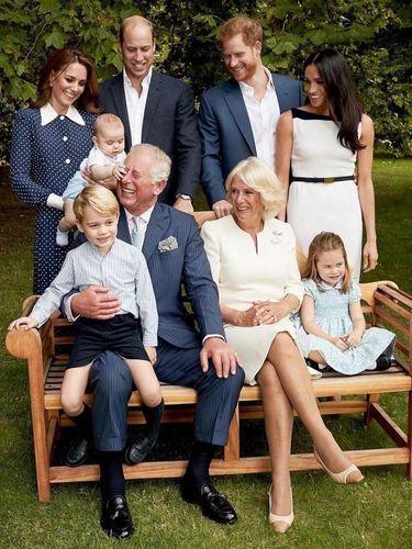 Momen Menggemaskan Saat Pangeran Charles Dijahili Cucunya