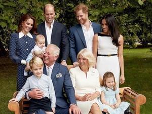 Momen Menggemaskan Saat Pangeran Charles Dijahili Cucu