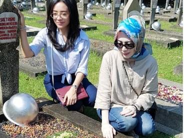 Saat Dea dan ibunda tengah berziarah ke makam sang kakek. (Foto: Instagram @dea_ananda)