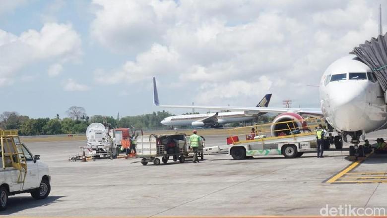 Video emak-emak lari ke apron bandara Ngurah Rai karena ketinggalan pesawat ramai di media sosial. Rupanya emak-emak itu check in saat pesawat siap berangkat.