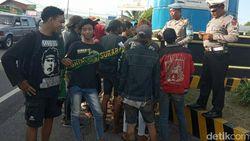 Polisi Halau Bonek Tak Ber-KTP Menyeberang Ke Bali