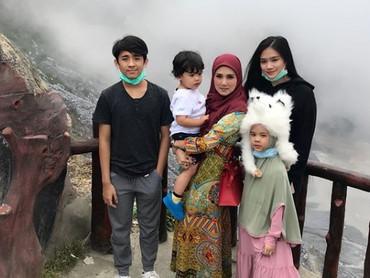 Lengkap, bersama keempat anaknya mulai dari Tyara hingga baby R. Sehat selaluMulan Jameela dan anak-anak. (Foto: Instagram @mulanjameela1)
