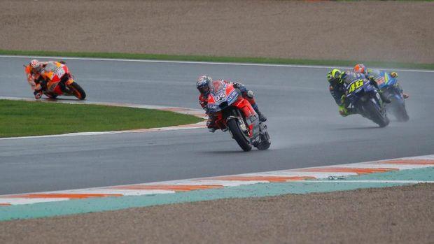 Balapan MotoGP Valencia 2018 sempat dihentikan sementara karena hujan yang terus membasahi lintasan.