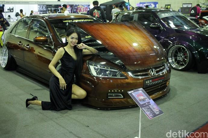 Bersama mobil yang dipajang, para wanita cantik itu langsung berpose saat kamera membidik menuju wajah cantiknya.
