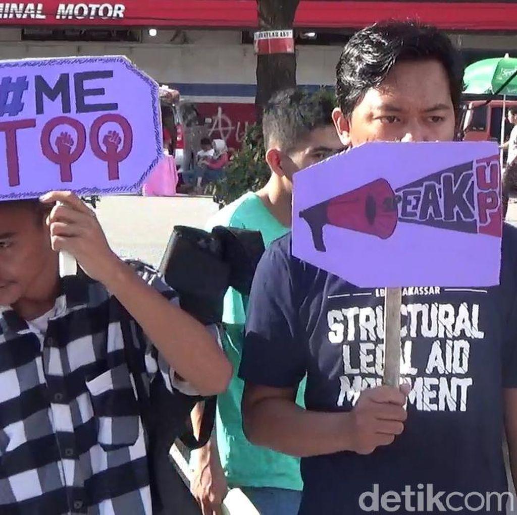 Gelar Aksi, Mahasiswa di Makassar Minta Jokowi Bebaskan Baiq Nuril