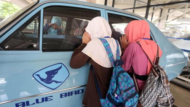 Puluhan siswa SD MKGR mengikuti program Bluebird Peduli yang digelar di TMII, Jakarta. Dalam acara itu, mereka sempat diperkenalkan taksi pertama Bluebird.