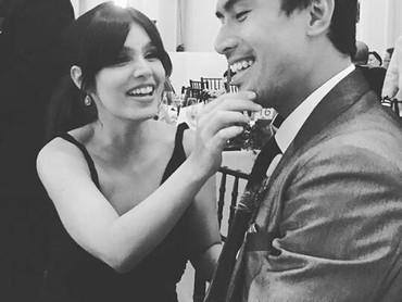 Di foto ini, kira-kira Kat sedang apa ya? Sedang mengelap makanan di dagu Christian atau menarik janggut kekasihnya itu. (Foto : Instagram/ @katramnani)
