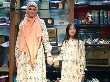 Bunda Mulan Jameelapakai baju kembaran nih dengan kakak Safeea Ahmad. Sama-sama cantik kan mereka? (Foto: Instagram @mulanjameela1)