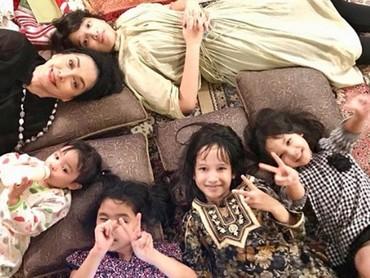Kumpul bareng cucu bisa jadi salah satu momen yang membahagiakan buat nenek seperti Widyawati. (Foto: Instagram @phandya)