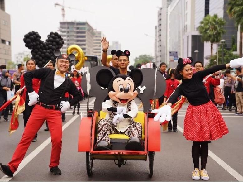 Naik Becak, Mickey Mouse Pakai Batik di Parade Ultah ke-90 Foto: Disney Indonesia