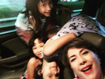 Trik membunuh rasa bosan di tengah kemacetan ala Widyawati: wefie bareng cucu. (Foto: Instagram @phandya)
