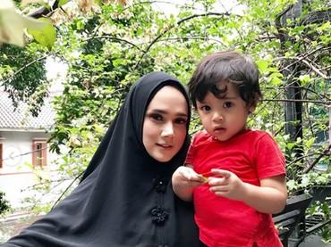 Bersama si bungsu, Ahmad Syailendra Aerlangga atau kerap dipanggil Baby R. Imut banget ya Baby R? (Foto: Instagram @mulanjameela1)