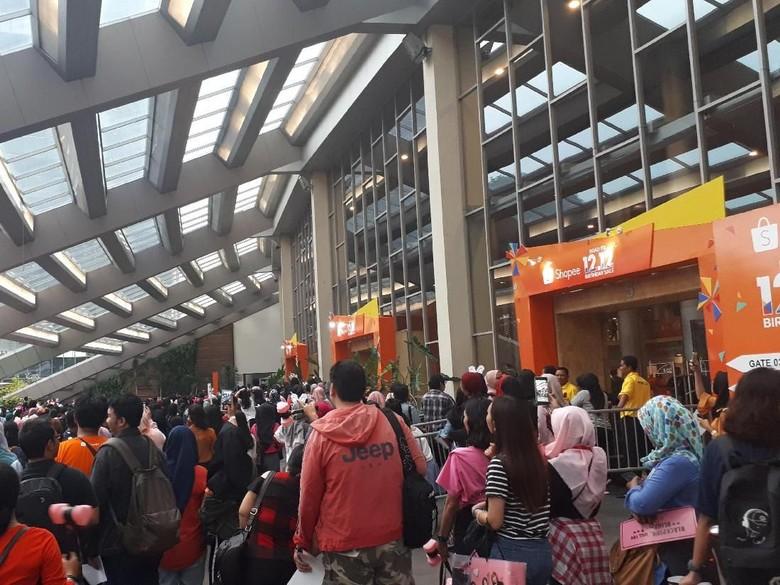 Tak Sabar Bertemu BLACKPINK, Fans Paksa Masuk Venue Konser