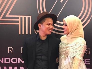 Ratna Galih dan Sawkani Jamhuri menikah pada Oktober 2012. Pernikahan mereka digelar tertutup di kota Mekkah, Arab Saudi. Resepsi yang digelar di Bali juga luput dari perhatian publik dan media lho, Bun. (Foto: Instagram/ratnagalih)