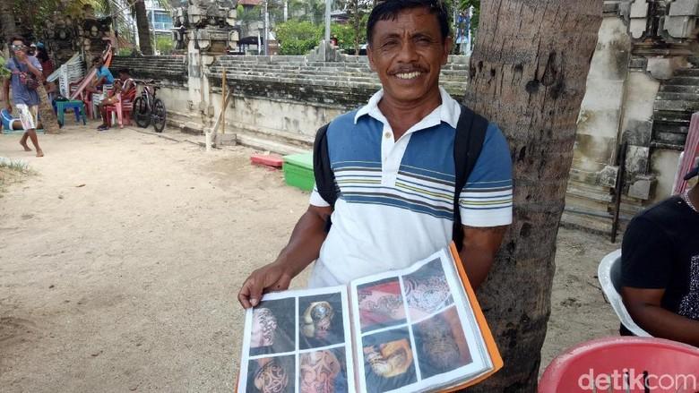 Wayan Suarta, tukang tato keliling di Pantai Kuta, Bali (Ditya/detikTravel)
