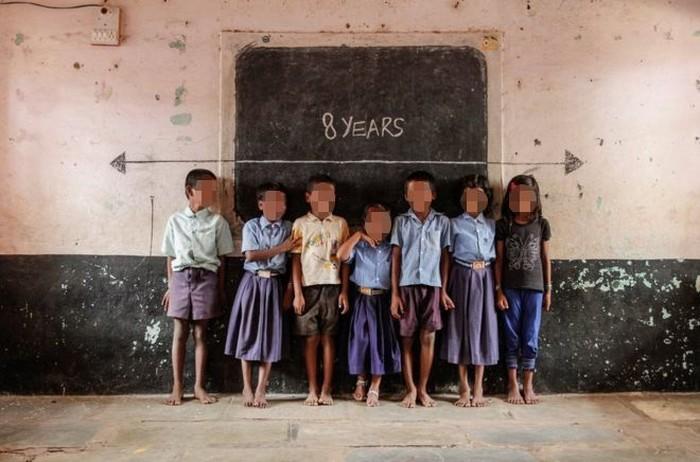 Contoh stunting pada anak umur 8 tahun yang terjadi di India. Garis putih di papan adalah tinggi rata-rata anak usia sebaya mereka di dunia. (Foto: BBC)