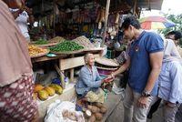 Kunjungi Jawa Tengah, Sandiaga Uno Blusukan ke Pasar hingga Minum Jamu
