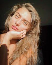 Viral, Foto Selfie Model Victoria's Secret Pamer Kulit Berjerawat