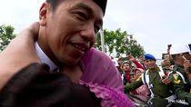 Saat Jokowi Dihampiri dan Dipeluk Nenek di Lamongan