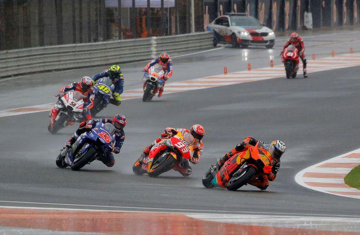 Marquez sempat melewati Pol Esparparo, tapi kemudian disalip lagi. Rossi terus memperbaiki posisi dan sudah ada di posisi tujuh pada putaran kedua. Pada prosesnya, Vinales kehilangan dua posisi usai dilewati Espargaro dan Marquez.