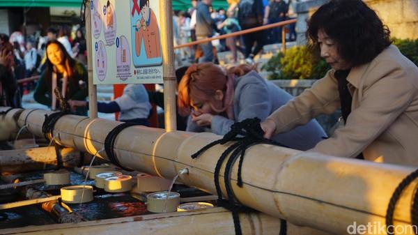 Ritual Temizu, semacam wudhu untuk penganut Shinto. Mereka membilas tangan dan mulut (Aisyah Kamalia/detikTravel)