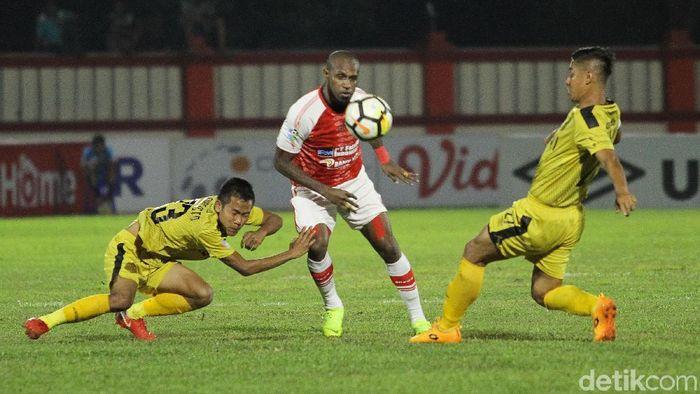 boaz solossa menghadapi dua pemain Bhayangkara FC pada laga Bhayangkara FC vs Persipura Jayapura pada pertandingan pekan ke-31 Liga 1 2018 di Stadion PTIK, Kebayora Baru, Jakarta, Senin (19/11/2018).