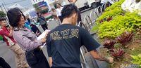 Anggota Geng Motor Disanksi Bersihkan Tugu Adipura Sukabumi