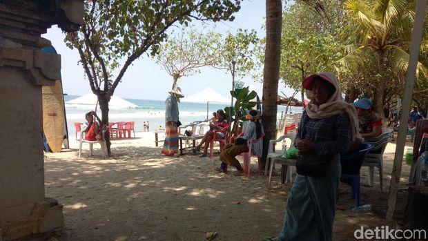 Kisah Suka Duka Tukang Tato Keliling di Pantai Kuta Bali