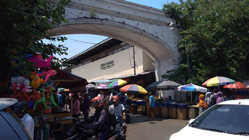 Inilah Pasar Kanoman, sebuah pasar serba ada di Cirebon. Pasar ini menyediakan bahan kebutuhuan sehari-hari sampai oleh-oleh (Sudirman/detikTravel)