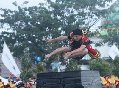 Atraksi 100 Pelompat Batu di Pembukaan Yaahowu Nias Festival 2018