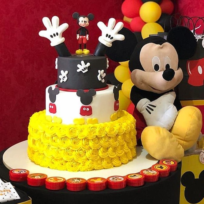Mickey Mouse adalah karakter kartun sekaligus maskot dari The Walt Disney. Tikus hitam ini terlihat lucu juga lho kalau hadir dalam bentuk makanan. Seperti cake ulang tahun ini. Foto : instagram @aboleiranatal