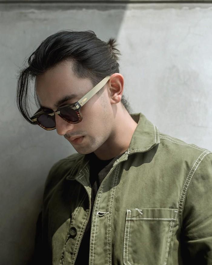 Omar Daniel lahir di Surakarta pada 9 April 1995. Ia meraih popularitas di usianya yang masih muda lewat sebuah sinetron berjudul Anak Jalanan. Foto: Instagram omardaniel_