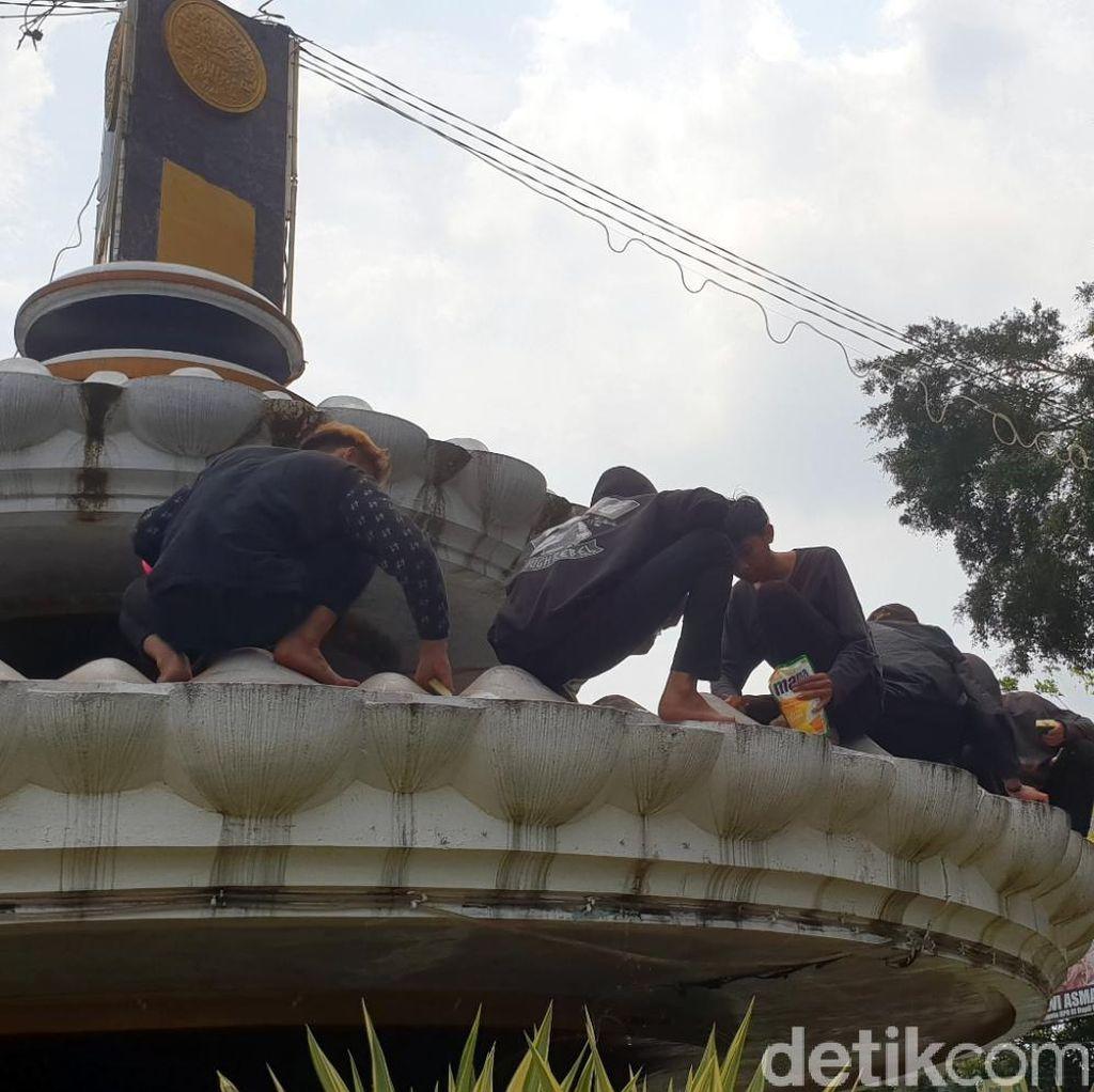 Kena Sanksi, Anggota Geng Motor Bersihkan Tugu Adipura Sukabumi