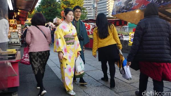 Banyak sekali orang mengenakan kimono atau yukata lengkap dengan sendal khas Jepang. Sore-sore di hari Sabtu, pengunjungnya banyak sekali! (Aisyah Kamalia/detikTravel)