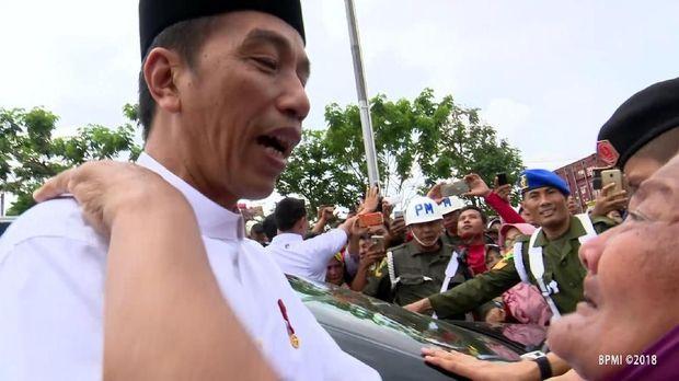 Presiden Jokowi dipeluk seorang nenek di Lamongan, Jatim, Senin (19/11/2018)
