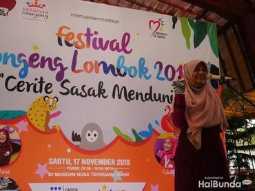 Ibu Gubernur Nusa Tenggara Barat (NTB), Niken Zulkiflimansyah, juga ikut mendongeng di hadapan anak-anak lho, Bun.