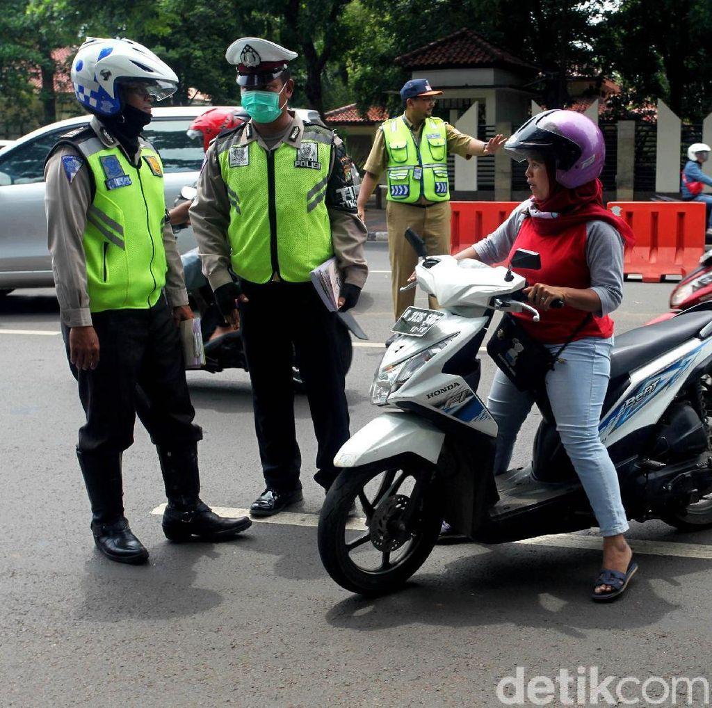Petugas Gabungan Gelar Razia Pengesahan STNK di Kalibata
