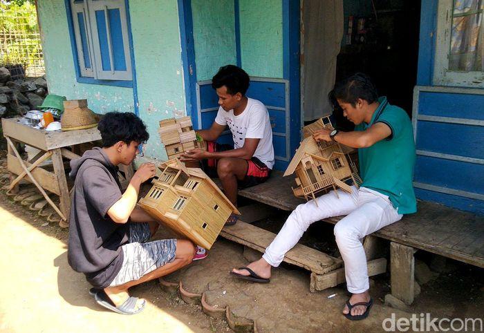 Seorang pemuda di Ciamis bernama Yoyo Dahyo (27) memanfaatkan limbah bambu untuk membuat miniatur rumah minimalis atau miniatur masjid.