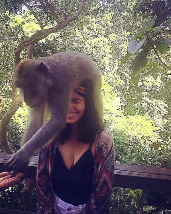 Kat beberapa kali liburan ke Bali, pada 2016 silam Kat ke Bali dan bercengkrama dengan monyet-monyet di Ubud. Wah, hati-hati Kat! (Instagram/@katramnani)
