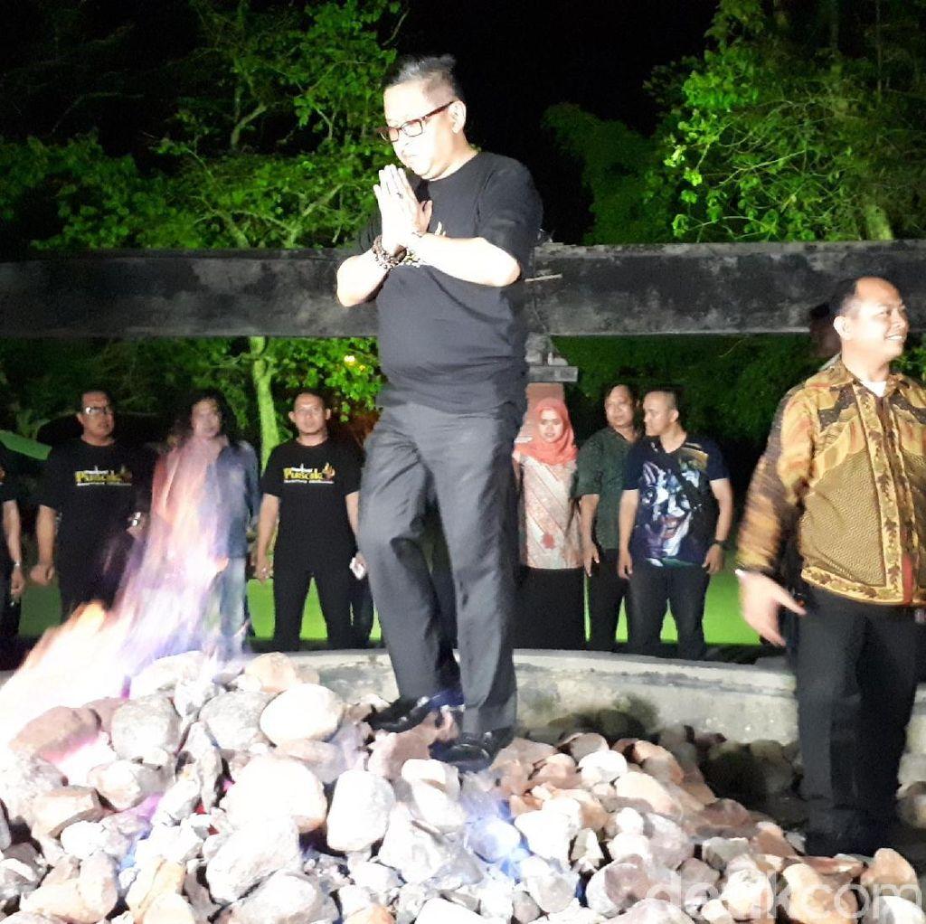 Aksi Hasto dan Djarot Lewati Api Abadi di Kayangan