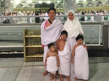 Ratna sekeluarga merayakan anniversary pernikahan dengan melakukan umroh bareng ketiga anaknya. So sweet! (Foto: Instagram/ratnagalih)