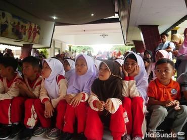 Anak-anak begitu antusias dalam mendengarkan dongeng dari kakak-kakak Ayo Dongeng Indonesia, Kerajaan Dongeng Lombok dan Bintang Nutricia.
