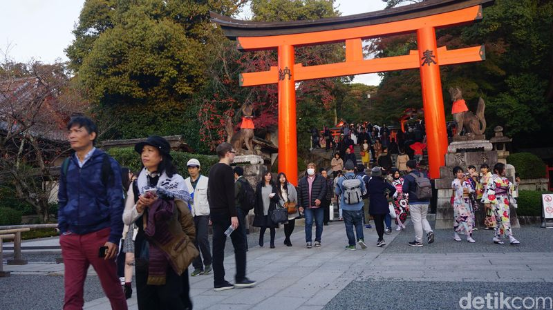 Kalau berkunjung ke Kyoto, Jepang, kamu mesti catat Fushimi Inari untuk masuk dalam salah satu daftar destinasi wisata yang mau dikunjungi (Aisyah Kamalia/detikTravel)