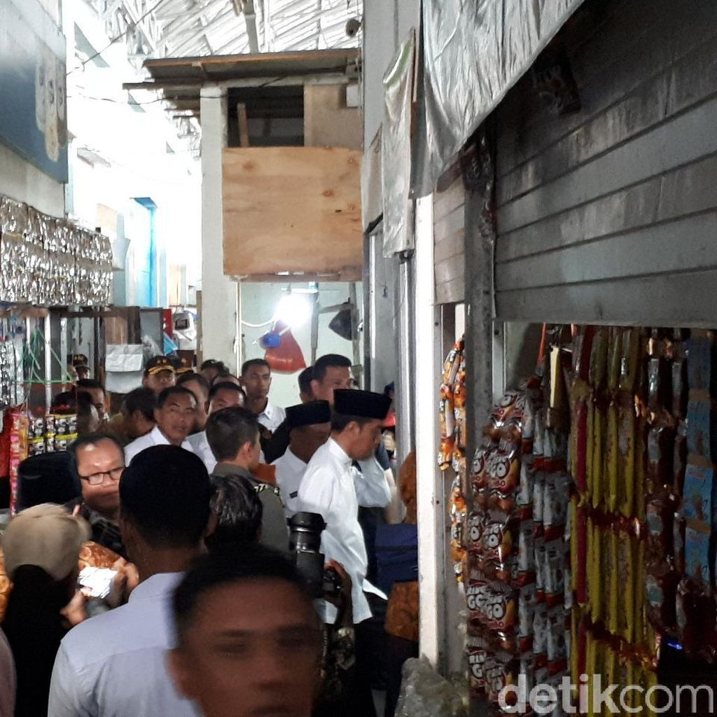 Jokowi Sidak Pasar Sidoharjo Lamongan, Iriana Beli Telur Asin